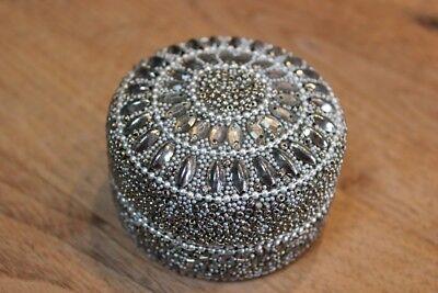 Kleine Schmuckdose rund, perlenbesetzt creme/silber, Alu/Kunststoff, Durchm.7cm - 7 Kleine Creme