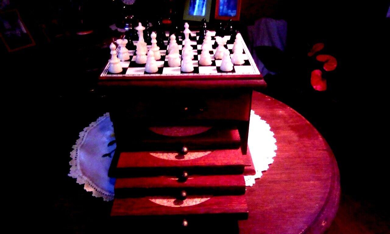 4 dessous de verres avec jeu d'Échec sur commode miniature: bon État.