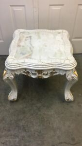 White marble table (Best Auction Corp)