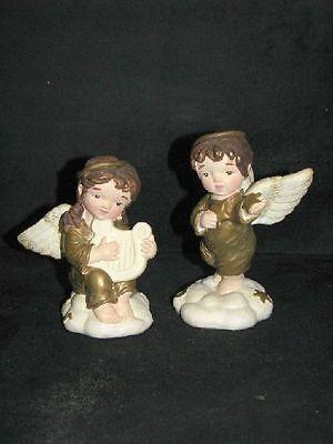 Zwei Engelfiguren, goldene Kleider, Weihnachtsengel ()