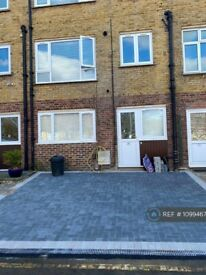 1 bedroom flat in Chartfield Square, London, SW15 (1 bed) (#1099467)