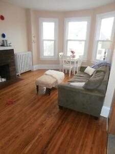 Stunning 3 BR apartment – 1 block to Queen's Kingston Kingston Area image 1