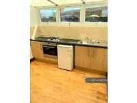 3 bedroom flat in Topper House, London, N4 (3 bed) (#1087828)
