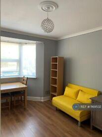 1 bedroom flat in Victoria Road, London, EN4 (1 bed) (#1169532)