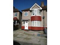 3 bedroom house in Hounslow Road, Hanworth, Feltham, TW13 (3 bed) (#1240419)