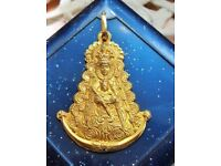 Georgeous diamond cut on this 18 carat gold pendant of the Virgin de el Rocio.