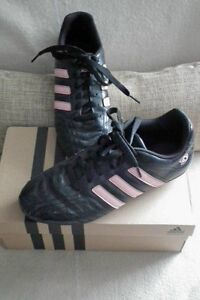 Like new Girls size 5 soccer shoes