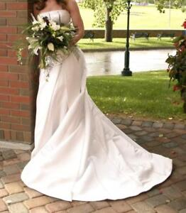 Contemporary Style Wedding Gown / Size 4