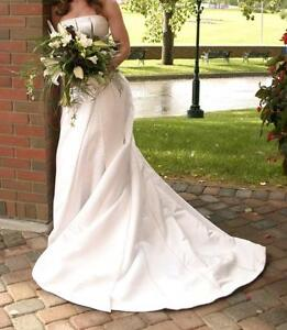 Contemporary Style Wedding Gown - Size 4