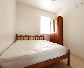 Double Bed in Rooms to rent in pet-friendly houseshare with terrace - West Green