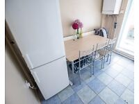 Double Bed in Rooms to rent in comfortable 5-bedroom flat with , Tower Hamlets