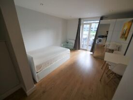 STUDIO with a balcony to let close to train station