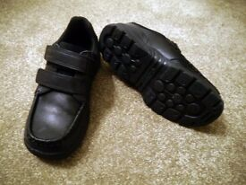 Clarks black leather boys velcro fastening shoes / size 12.5F Brand new in the box