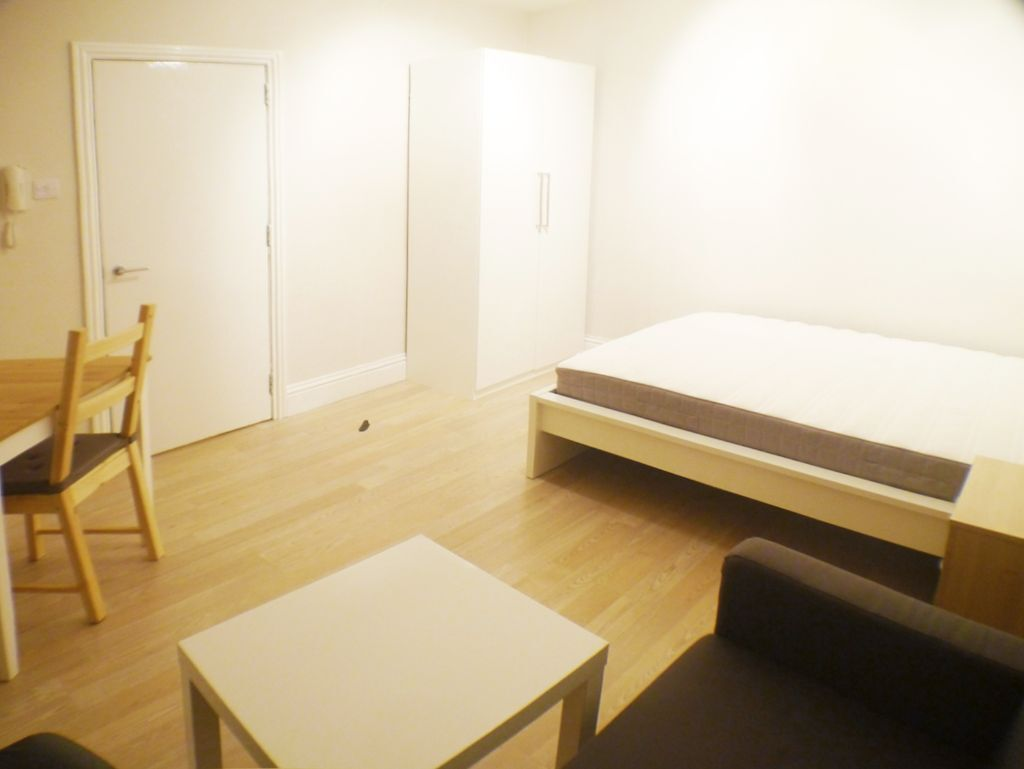 W8 KENSINGTON HIGH ST, MODERN STUDIO with a with SEPARATE KITCHEN, open plan SOFA and DINING AREA