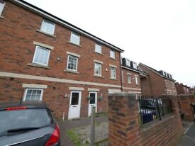 Fantastic double rooms in clean modern townhouse a mile from the city centre