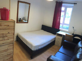 Double room availabe now in clean flat, on Fulham Road, 5min walk to Station