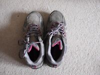 Hiking boots-Size 5 ( 99% new )