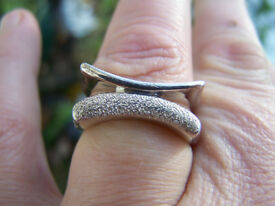 Solid silver ring, double frontage, curved, frosted sparkle and plain