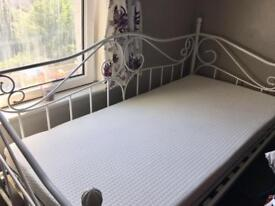 Brandnew day bed and mattress in white only £250