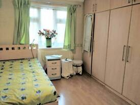 Bright spacious double bedroom in modern shared house in Hounslow West