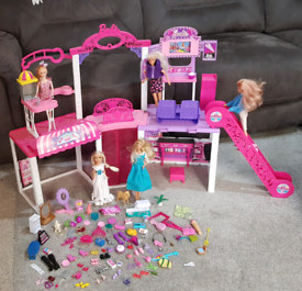 Barbie malibu mall (few bits are missing) comes with 5 dolls and all a