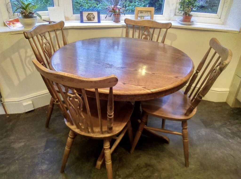 Traditional Circular Extendable Dining Table And Chair Set