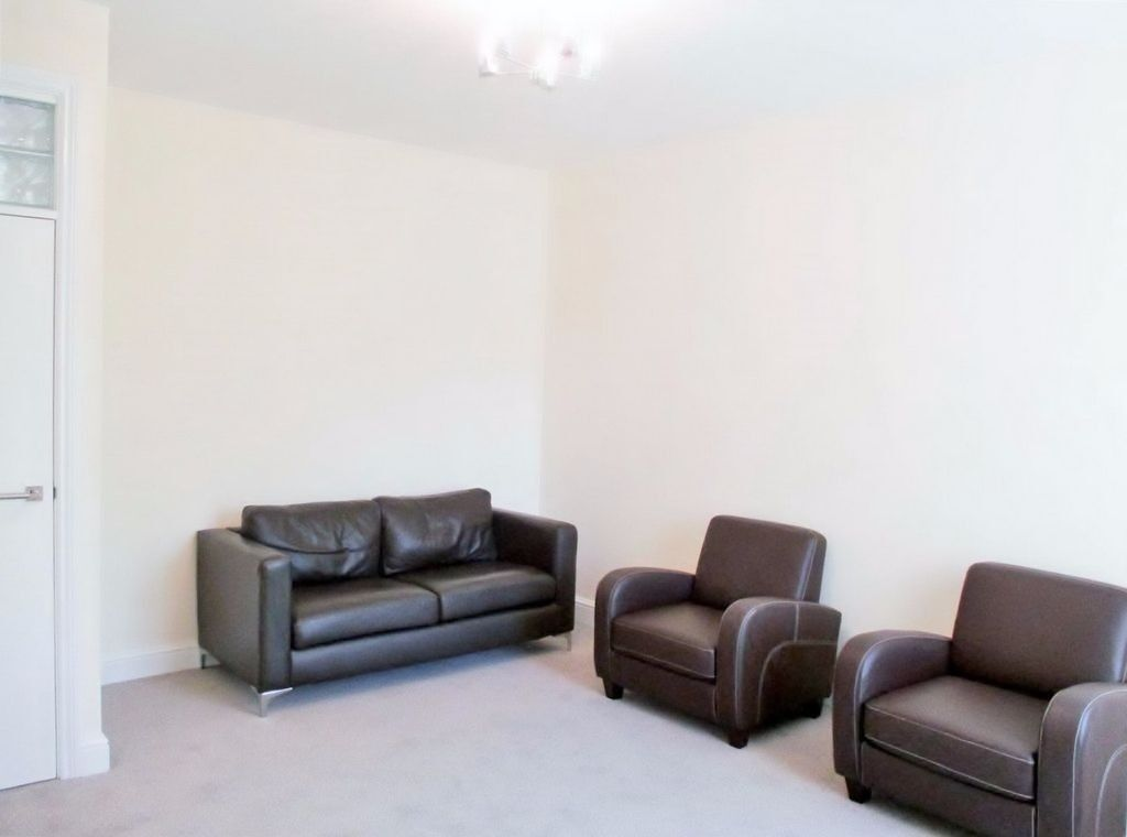 LOVELY BRIGHT SPACIOUS 2 BEDROOM GROUND FLOOR FLAT NEAR TRAIN, ZONE 2 TUBE, 24 HOUR BUSES & SHOPS