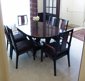 GORGEOUS and fine Dining Room Table Set, 8 chairs, extra leaves