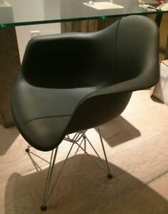 Chaise design Eiffel Capitaine noire - usagée