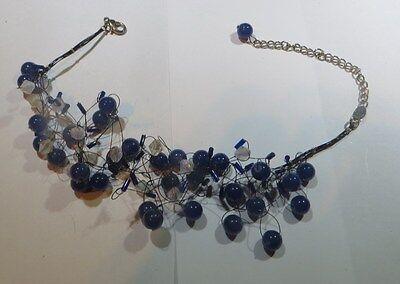 Collier ras du cou avec nombreuses petites perles synthétiques bleues et blanche