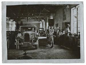 photographie sur papier argent un garage vers 1940 voiture. Black Bedroom Furniture Sets. Home Design Ideas