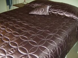 Quilted lightly padded Bedspread / Bed Throw -large.Plum coloured.Matching square cushions.Ex condi.