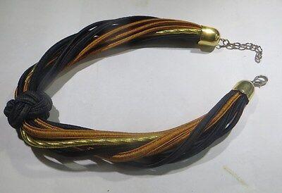 Collier ras du cou composé de 10 cordons de couleur noire, brune et or – fermetu