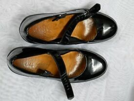 CLARKS PATENT LEATHER LADIES SHOES SIZE 4 I/2 D