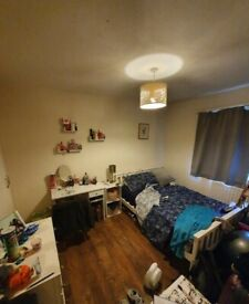 Spacious Double Room to Rent in a Shared Flat at Petersfield Rise, Putney SW15