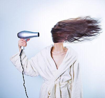 Seitliches Föhnen bringt extra Power für die Haare.