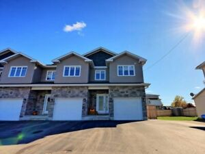 Immaculate 3 Bed/2.5 Bath End Unit In Crysler