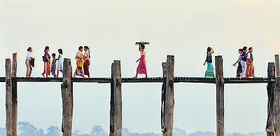 XXL-Ansichtskarte: reger Fußgängerverkehr auf der U Bein Brücke, Myanmar (Burma)