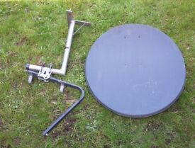 Satellite dish(approx. 80cm) with wall mount bracket andPole Mount