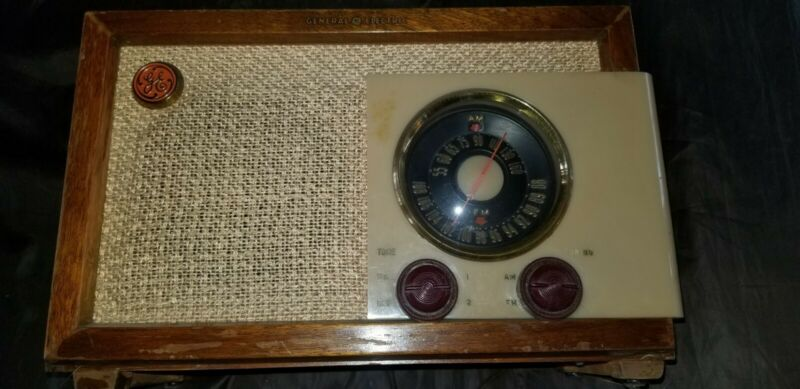 General Electric  Model 212 Tube Radio Wood Am/Fm