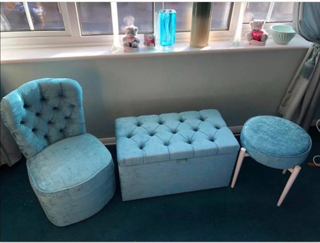 Matching bedroom furniture set