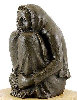 Bronze Bar (Moderne Bronzefigur - Frierende Alte (1937) - signiert Ernst Barlach)