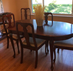 Classic Dinning Room Table and Chairs