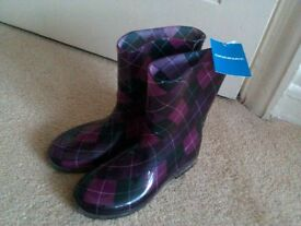 Brand new wellington boots. Size 2 Junior. Still has tags on. Not been opened