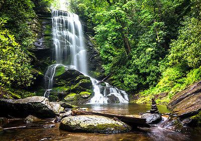 XXL Poster 100 x 70cm Wasserfall im Gebirgswald grüne Bäume im Sommer (S-834)