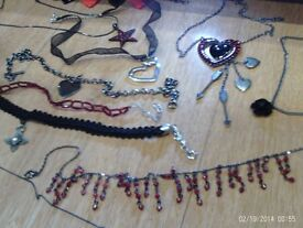 set of 10 items of jewellery