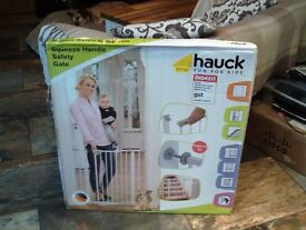 HAUCK white squeeze handle child safety gate to fit 75-81 cm opening - new, unused