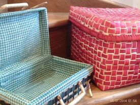 2 storage baskets with lids