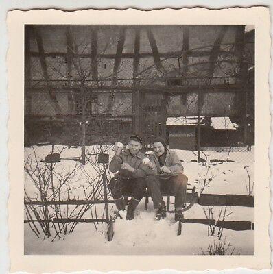 (F28879) Orig. Foto Jungs mit Schlitten im verschneiten Garten 1950er