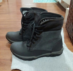 WOMEN'S COLUMBIA HIKING BOOTS - VERY GOOD CONDITION